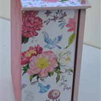 """Kleiner Puppenschrank """"Blumenvasen und Briefmarken"""""""