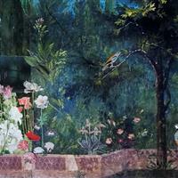 Heller Brunnen im dunklen Garten